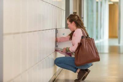Een meisje haalt op de opleiding iets uit haar kluisje